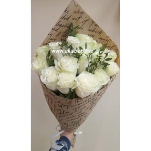 Белые розы в крафте.
